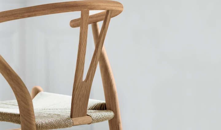 Nærbilde av en Limited Edition Y-stol i alm fra Carl Hansen & Søn. Design av Hans J. Wegner.