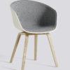 Frontpolstret spisestol fra HAY, About a chair AAC22 i grå med hvitt skall.
