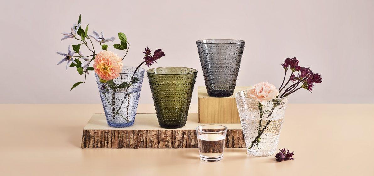 Kastehelmivase i forskjellige farger. Glassvasen er fra Iittala.