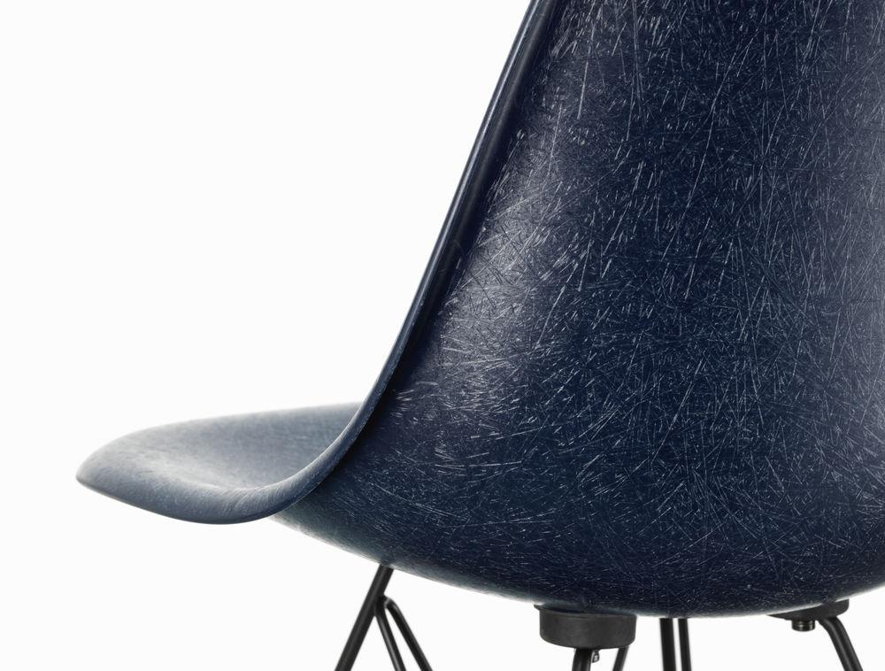 Eames Fiberglass stol i blått fra Vitra nærbilde.