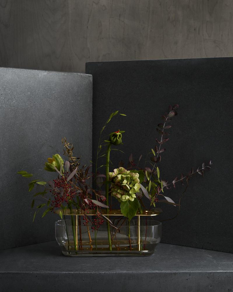 Ikebana vasen fra Fritz Hansen Objects i oval størrelse med blomster i