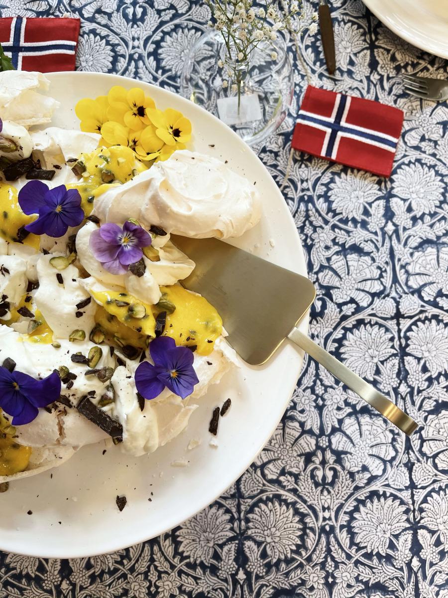 Bilde av Pavlova kake med pasjonsfrukt curd, sjokolade og krem