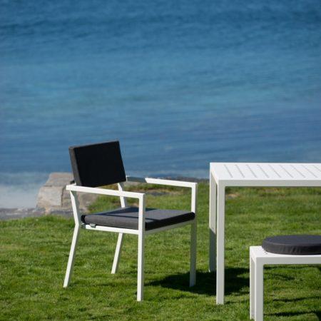 Spisesstol fra Sundays Designs serie Frame. Hvit med grå pute.