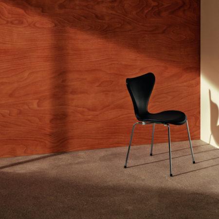Serie 7 spisestol fra Fritz Hansen i sort ask med frontpolstret i sort skinn