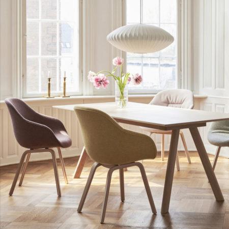 CPH 30 spisebord i en spisestue med vinduer