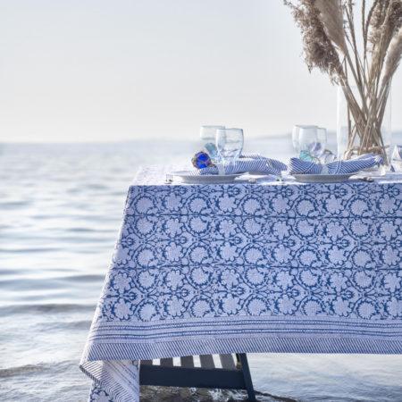 Miljøbilde av blå duk fra Chamois i Paradise serien på dekket bord