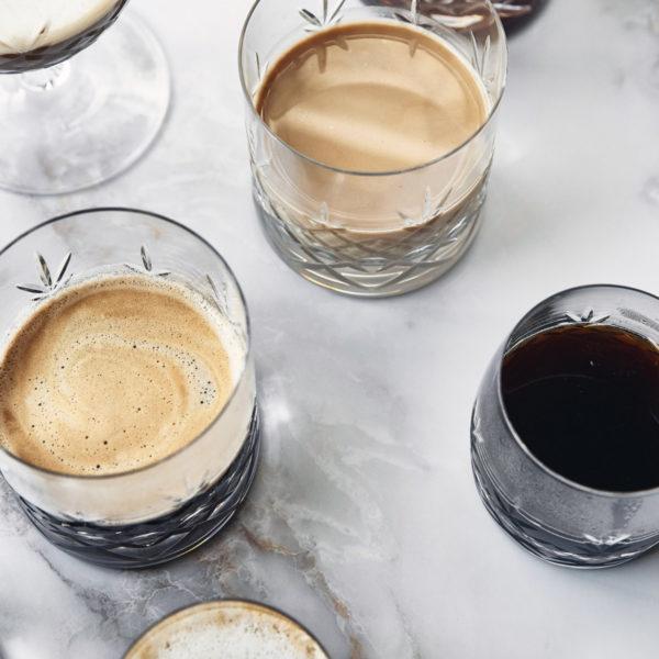 Crispy lowball krystallglass fra Frederik Bakker i klart glass. MIljøbilde med kaffe i glassene.