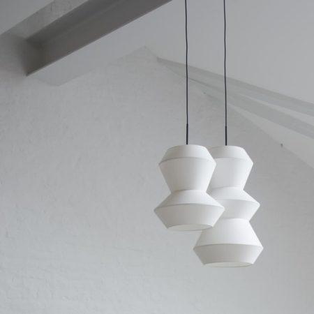 Hvite taklamper i hvitt stoff i to størrelser fra Ygg & Lyng.