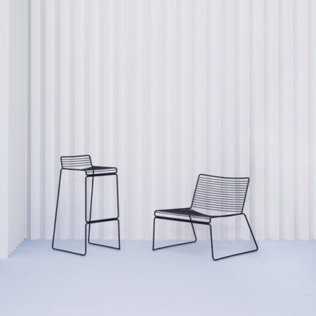 Miljøbilde av Hee barstol og Lounge lenestol fra HAY