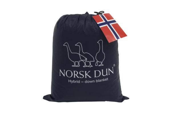 Dun pledd oppbevarings-pose i mørk blå fra Norsk Dun