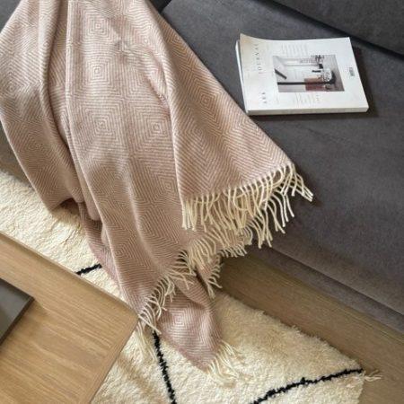 Fanø ullpledd fra Silkeborg, miljøbilde av teppe i dusty pink