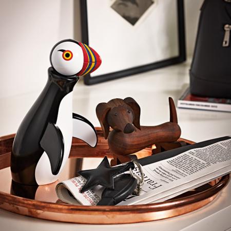 Miljøbilde av Kay Bojoesen trefigur forestillende en Sjøpapegøye sammen med trefiguren Hund.