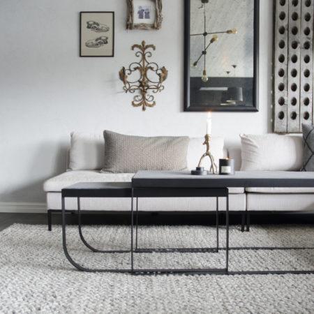 Miljøbilde av sofabordet Slede i sort fra Ygg & Lyng.