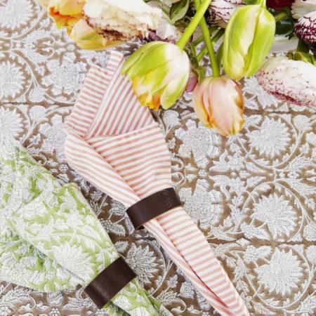 Tøyserviett Stripe fra Chamois i fargen Fuschia rose, rosa og hvite striper. MIljøbilde
