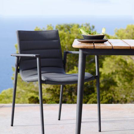 Miljøbilde av spisestol i Cane-lines hagemøbel serie Core i grå.