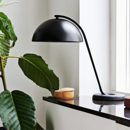 miljøbilde av CLOCHE bord lampe i sort fra HAY