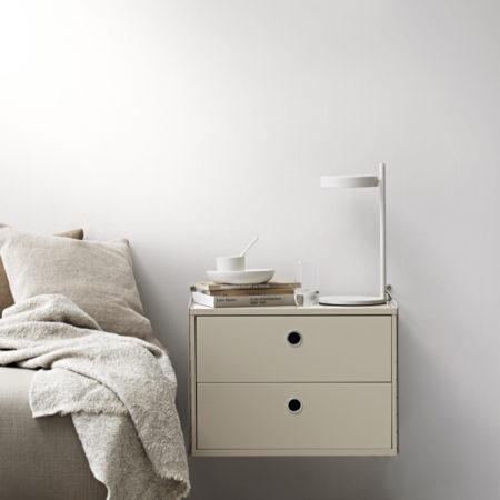 Miljøbilde av string nattbord vegghengt i beige
