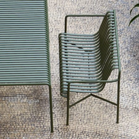 Pulverlakkert dining bench i den grafiske serien Palissade fra HAY i fargen olive.