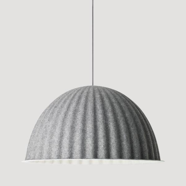 Taklampe Under the bell i grått fra Muuto. Taklampe laget i resirkulert plast.